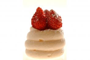 Meringue with wild strawberries