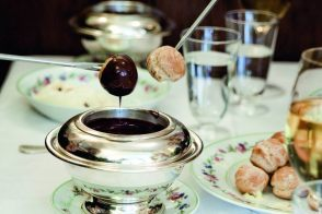 Recipe of PROFITEROLES BENOÎT, HOT CHOCOLATE SAUCE by Alain Ducasse